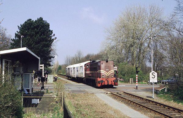 Het voormalige haltegebouw (links), ruim tien jaar later na de laatste NS-reizigerstrein. De laatste 2200 in bruine tooi (2275) rijdt nog met een vistrein in de richting van Santpoort-Noord ter hoogte van de vroegere halte Velsen-Zeeweg op 16 april 1994. Links het vroegere haltegebouw. Foto: Roelof Hamoen.
