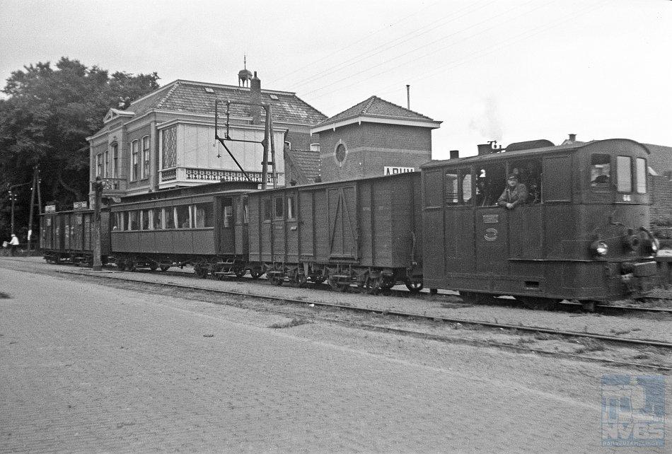 """Stoomtractie in haar nadagen. Dat """"restje"""" wilde Jan Voerman beleven en op de gevoelige plaat vastleggen. Op deze foto een stoomtram van de Nederlandsche Tramweg Maatschappij (NTM) – bestaande uit locomotief NTM 44 Henschel, een post/bagagewagen, een BC-rijtuig en twee goederenwagens op 21 juni 1940 – van Leeuwarden naar Harlingen in Arum."""