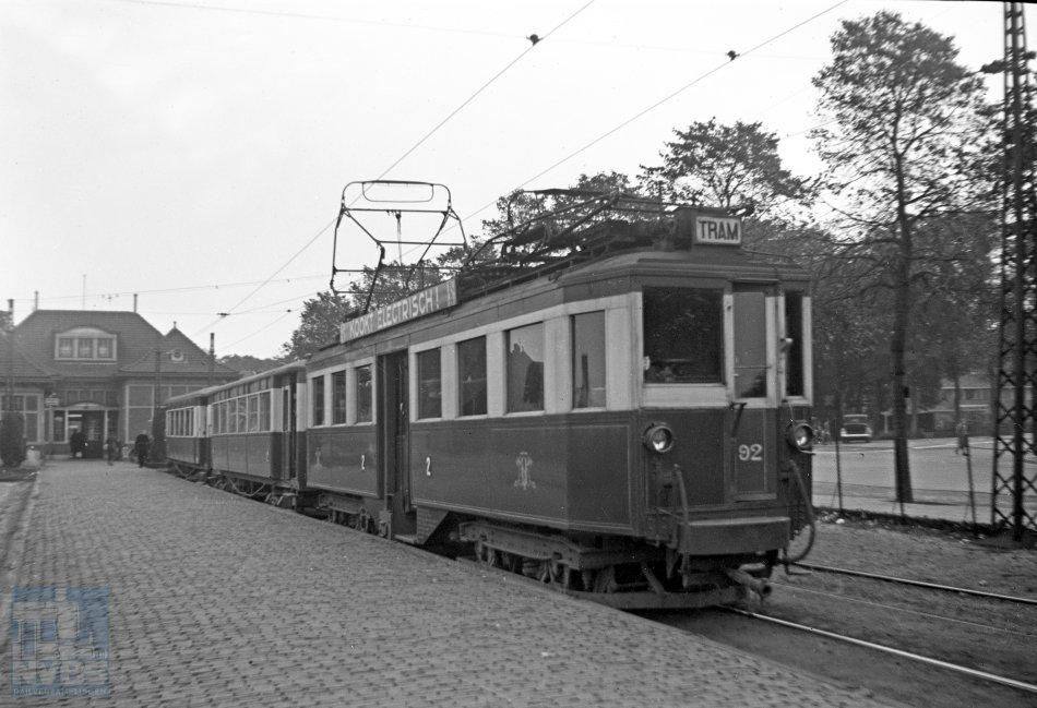 Jan Voerman fotografeerde niet alleen stoomtrams, maar ook elektrische trams en dieseltrams. Een tram van de Nederlandsche Buurtspoorweg-Maatschappij (NBM) – bestaande uit motorrijtuig 92 en twee rijtuigen uit de serie 30-54 – naar Zeist in het tramstation van Amersfoort op 1 oktober 1939.