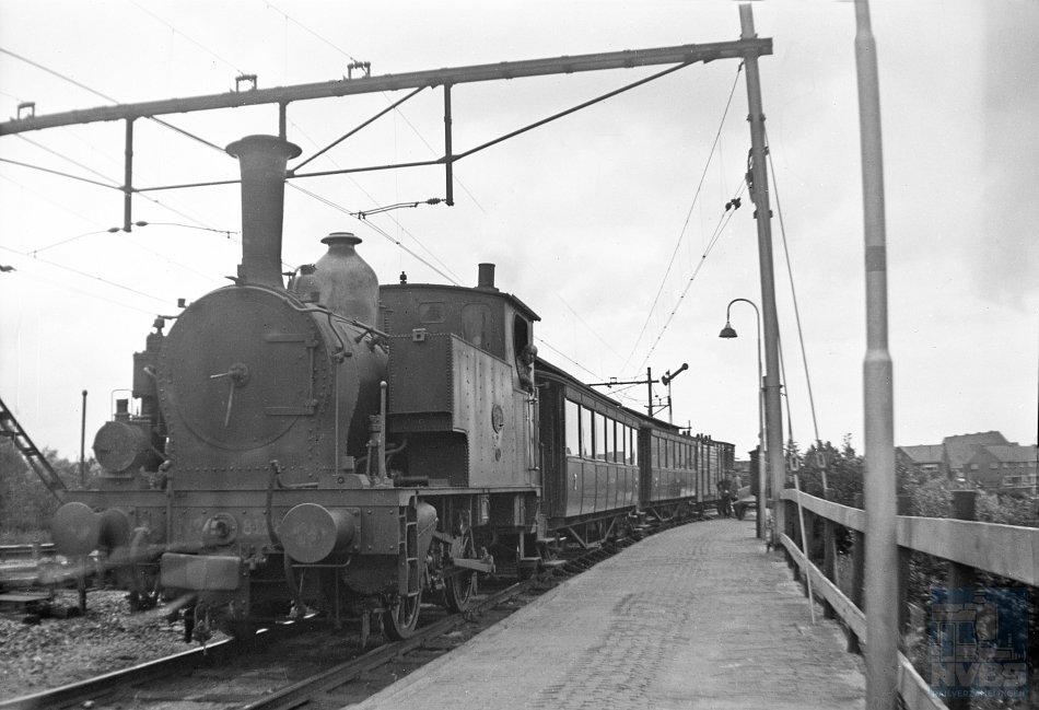 Ook een enkele stoomtramlijn werd in de Tweede Wereldoorlog geofferd om de Duitsers aan rails te helpen, zoals Gouda – Schoonhoven. Daar was op de opnamedatum – 11 augustus 1940 – nog geen sprake van. Op de foto is de tram uit Schoonhoven, bestaande uit locomotief NS 8128, twee personenrijtuigen uit de serie C 411-418 en een postbagagerijtuig, aangekomen in Gouda. Het tramperron lag oostelijk van het eerste perron.