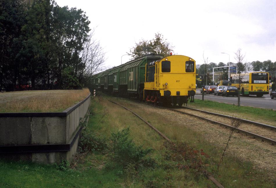 De roest op het spoor en de begroeiing maken duidelijk dat dit losperron op de hoek Rieteweg/Blaloweg in Zwolle al een tijdje niet meer gebruikt is. Loc 617 is bijna klaar met de ronde over het bedrijventerrein Voorst, 22 oktober 1993.