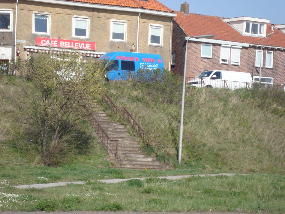 Alleen de oude trap is nog een tastbare herinnering aan het spoorse verleden. Wie de trap afdaalde kwam direct uit voor de ingang van het stationsgebouw.