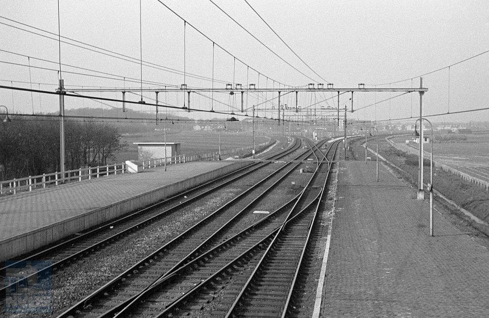Zo was het ooit: de sporensituatie in Santpoort-Noord op 2 april 1960 op een schitterende foto van Roef Ankersmit. We kijken in noordelijke richting. Naar links takte de IJmuider lijn af. Naar rechts (en dat is nog steeds zo) loopt de lijn in de richting van Beverwijk.