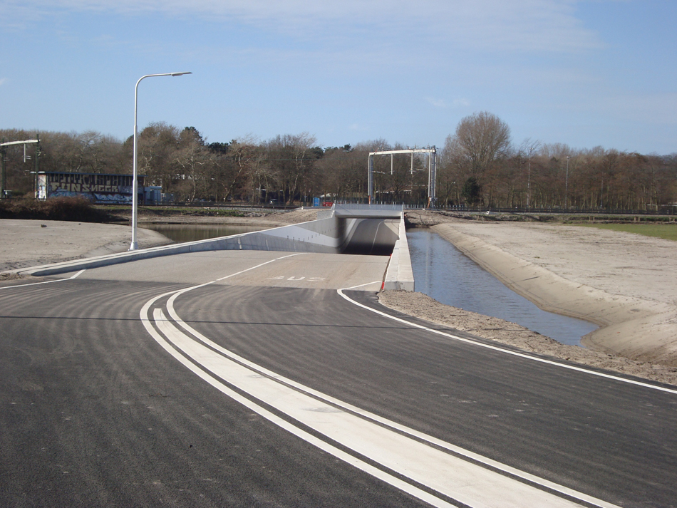 De Hoogwaardige Openbaarvervoerverbinding Velsen begint in Santpoort (vlakbij het station Santpoort Noord), gaat onder de spoorlijn Haarlem – Uitgeest door en vervolgt haar weg over de boog in de richting van de vroegere halte Driehuis-Westerveld.