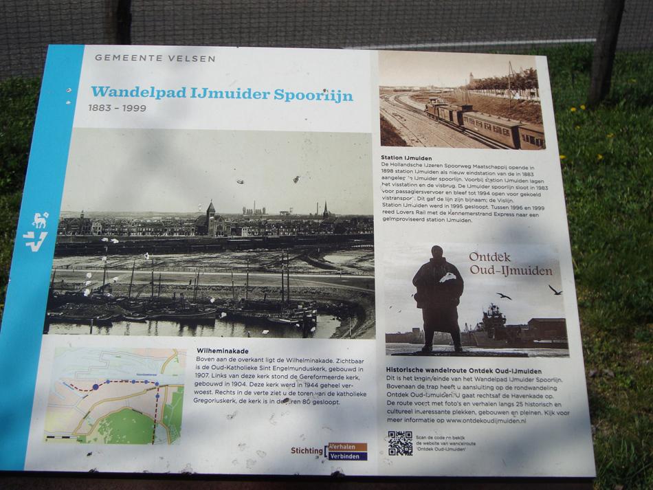 Bij alle vroegere haltes, inclusief het eindstation, staan informatiepanelen met een korte beschrijving van de spoorse geschiedenis, zoals deze bij het vroegere station Velsen-IJmuiden Oost.