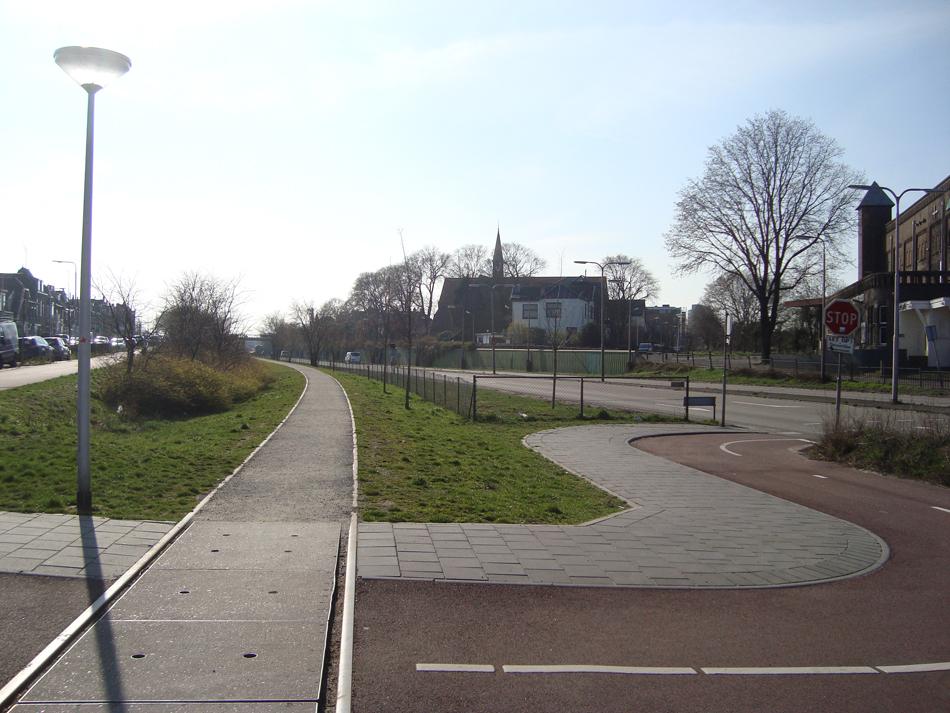 De vroegere halte IJmuiden Julianakade, gezien in westelijke richting. De rails zijn hier blijven liggen.