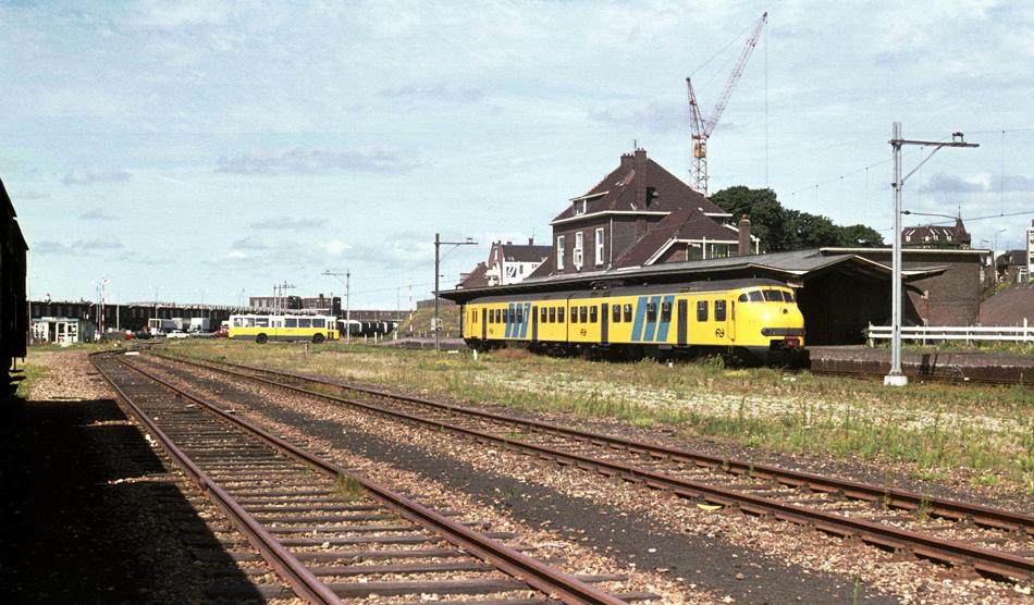 Tot slot een staatsieportret van IJmuiden met emplacement en treinstel 882 in IJmuiden op 4 augustus 1976. Foto: Roelof Hamoen.