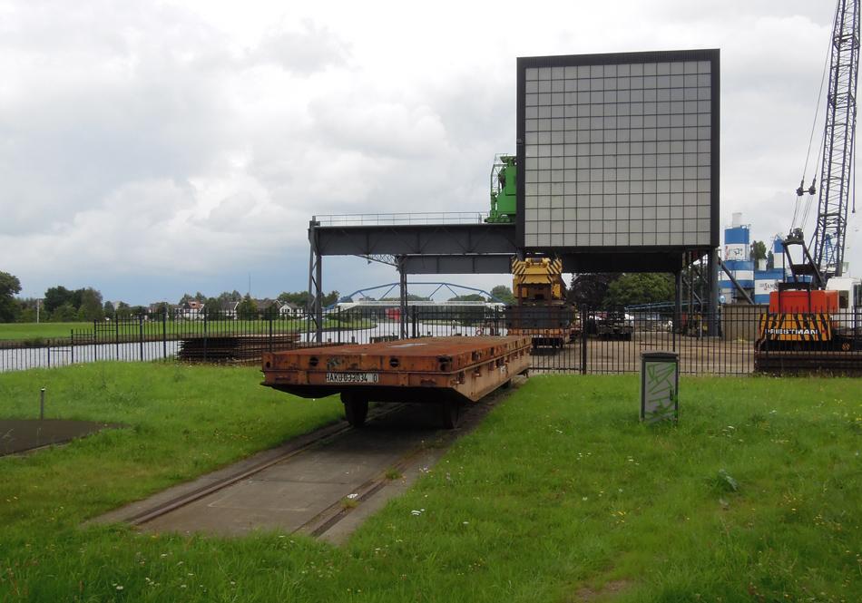 Bij de Katwolderhaven is nog een kort stuk spoor overgebleven van de aansluiting naar de hijsinstallatie. In de zomer van 2016 stonden er twee merkwaardige platte wagens.