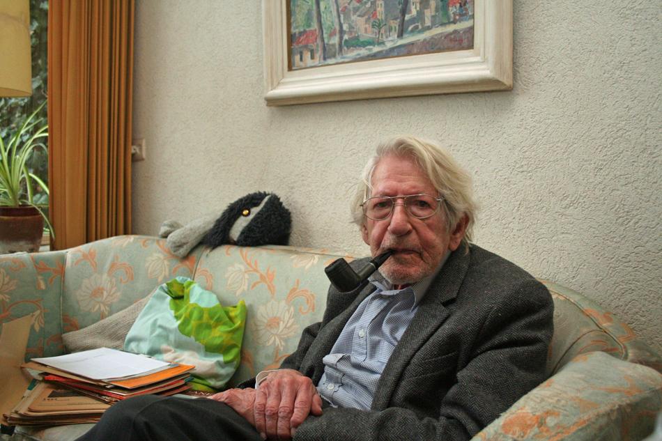 Jacobus Meulman in zijn huis in Amstelveen. Hij steekt de pijp aan en een zoete geur verspreidt zich door het huis. Hij blijkt een geboren verteller. Foto: Oege Kleijne.