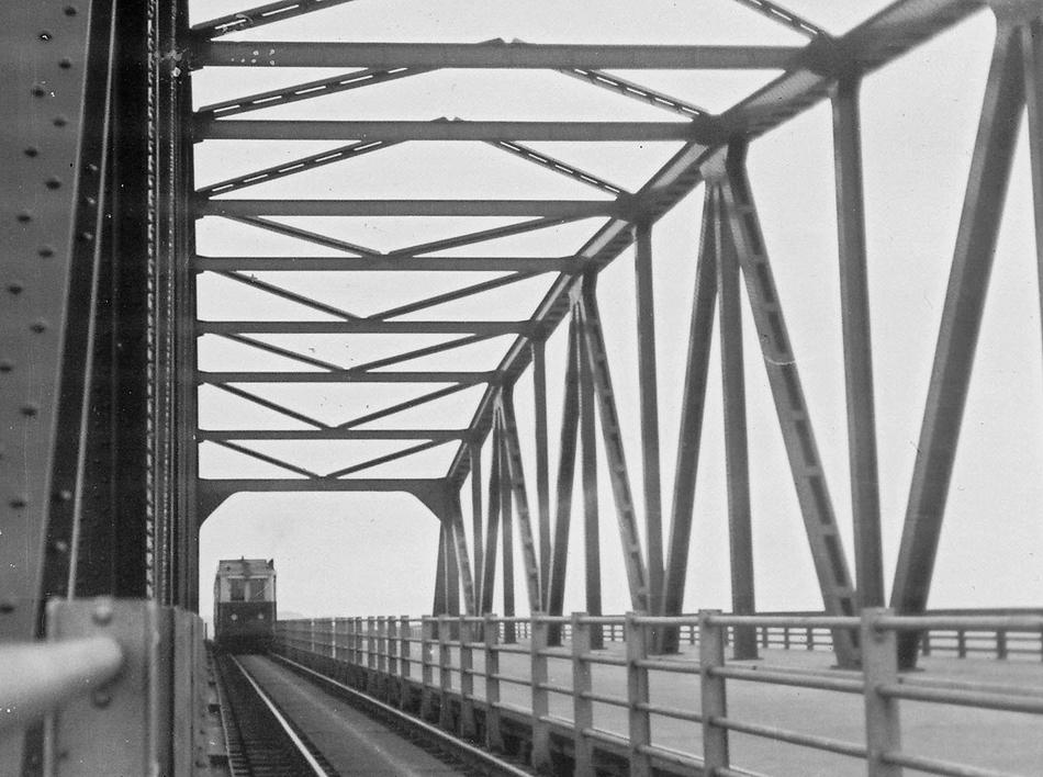 Een van zijn eerste foto's maakte Jacob op een fietstocht in september 1939 langs de lijn Amsterdam Willemspoort naar Naarden van de Gooische Tramweg-Maatschappij. Op deze foto is een motorrijtuig op weg vanuit 't Gooi naar Amsterdam Weesperpoort. Deze passeert de gecombineerde brug (tram en wegverkeer) over het Merwedekanaal. Foto: Jacobus Meulman.