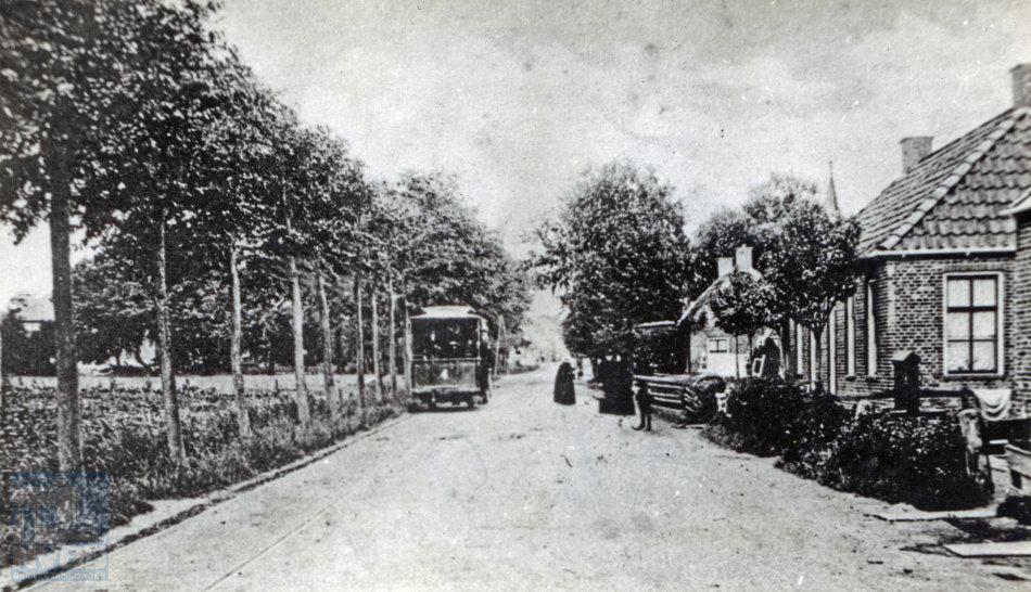 Jacobus Meulman leerde bij de NVBS ook oudere leden kennen, onder wie Herman Hesselink, die hem vertelde nog in de paardentram van Winsum naar Ulrum te hebben gereden. Hier een prentbriefkaart met deze tram op weg van Leens naar Ulrum rond het jaar 1920. Collectie: NVBS-Railverzamelingen.