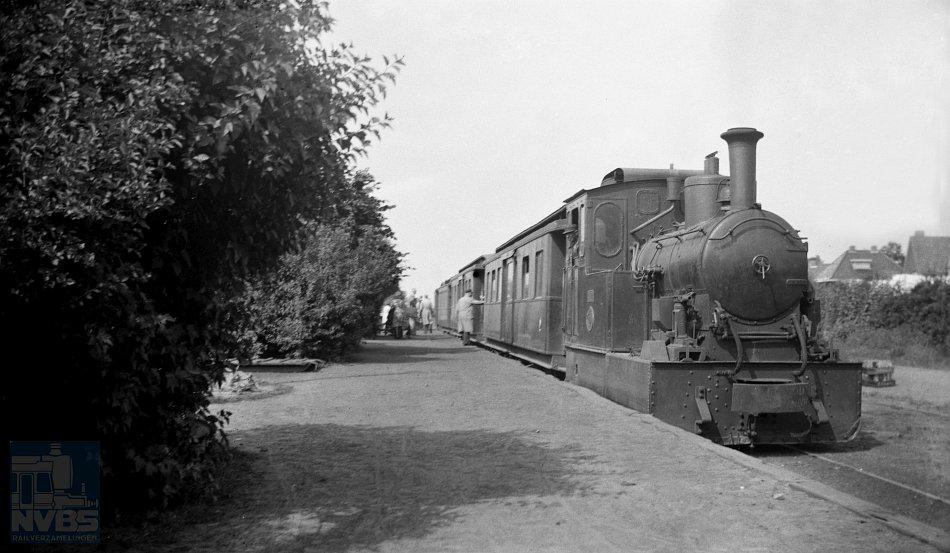 Dankzij de excursies van de NVBS in de Tweede Wereldoorlog en in de jaren daarna kreeg Meulman de kans nog veel tramritten op lijnen te maken, waarvan al bekend was dat ze op korte termijn gesloten zouden worden of waar het reizigersvervoer gestaakt zou worden. Zo reisde hij per (stoom)tram vanuit Winschoten dwars door de provincies Groningen, Drenthe en Overijssel. Op de foto het tramstation van Ter Apel met een tram uit Winschoten op 7 augustus 1944. De tram bestaat uit onder meer locomotief 24 en de personenrijtuigen BC 30, C 31, C 41 en BC 27 (niet zichtbaar). Foto: W.D.J. Cramer, collectie: NVBS-Railverzamelingen.