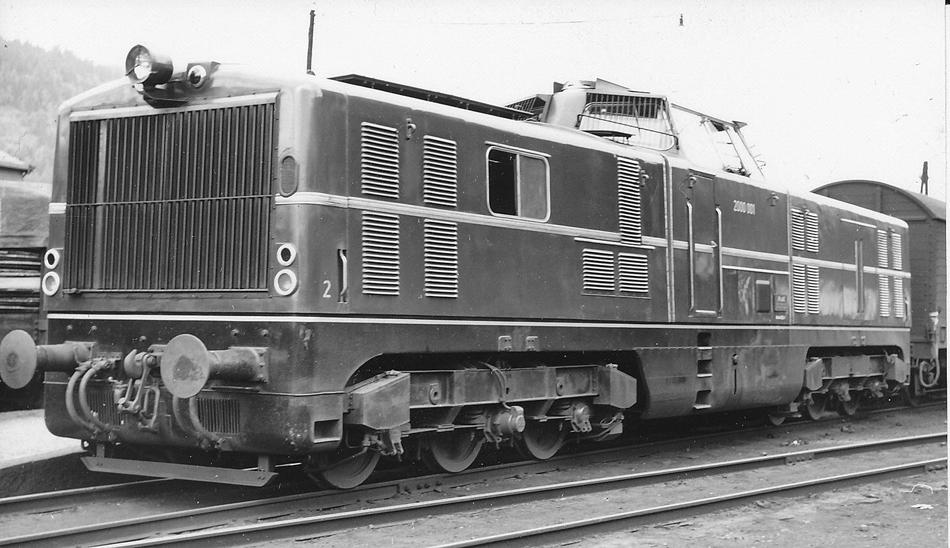 De Noorse spoorwegen namen ook proeven met diesellocomotieven tussen Oslo en Bergen. Hierdoor was het korte tijd onzeker of de elektrificatieplannen zouden doorgaan. Op de foto van Meulman diesellocomotief 2000.001 van de Duitse fabrikant Maschinenbau Kiel A.G. (MAK) voor een sneltrein Oslo – Voss in juli 1954. Op de beide foto's de proefloc met een sneltrein en een close-up te Ål. De kenners zullen hierin de sterkere en zesassige versie van de Duitse V 80 zien, die begin jaren vijftig als een eerste serie diesellocomotieven van een nieuwe generatie aan de Duitse spoorwegen geleverd werden.