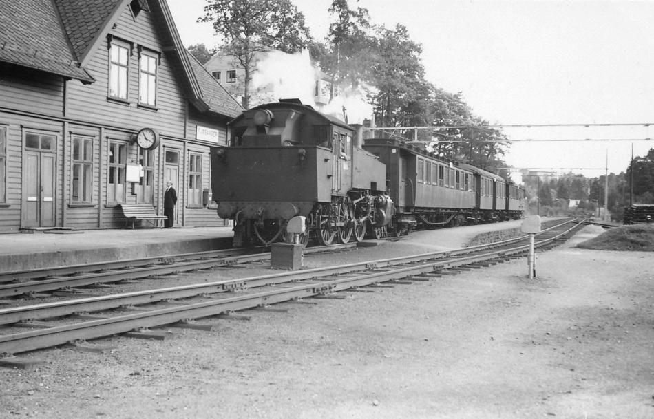 In september 1953 fotografeerde Jacobus Meulman een onbekende stoomlocomotief met een lokaaltrein in Fjøsanger. Deze lijn zou later overbodig worden door de ingebruikname van de meer dan twintig kilometer lange tunnel bij Bergen. Op de restanten van deze en andere lijnen zou een speciaal voorstadsnet moeten komen.