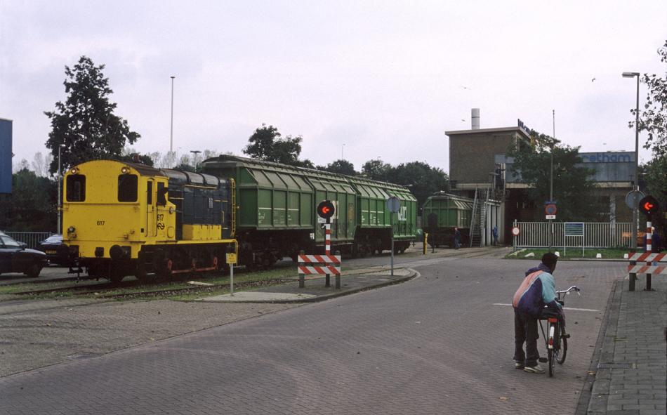 Bij het vuiloverslagstation van Retham (later Rova) aan de Grote Voort rangeert de 617 rond kwart voor twee 's middags op 22 oktober 1993.