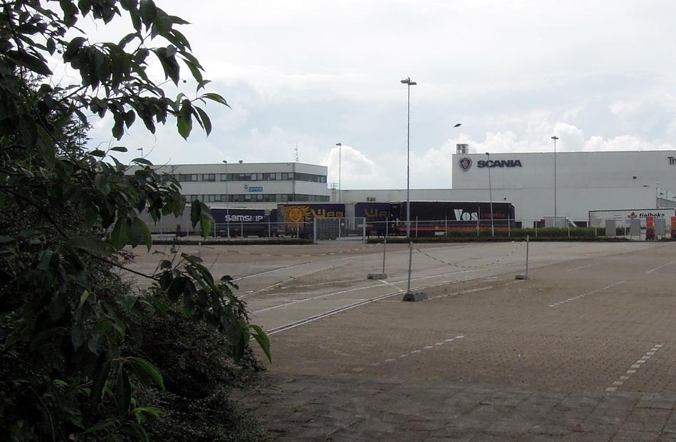 Op het grote parkeerterrein van vrachtwagenbouwer Scania is nog spoor te zien. De foto is gemaakt in augustus 2016.