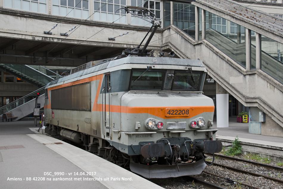 Het station van Amiens biedt veel afwisseling in materieeltypes. Hier staat de elektrische locomotief BB 422208 na aankomst met een Intercités-trein uit Paris in Amiens op 14 april 2017.