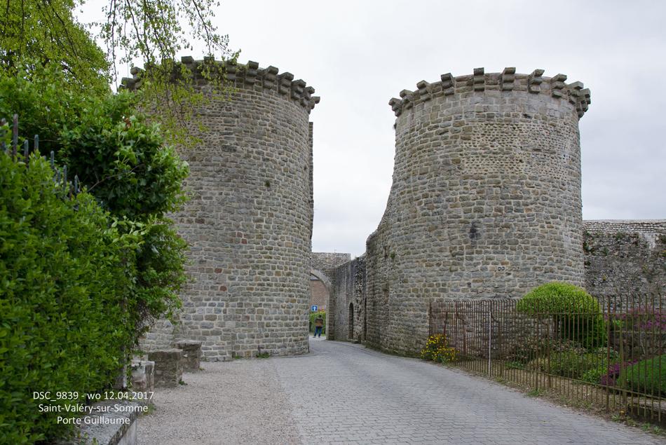 Middeleeuwse plaatsjes aan de baai van de Somme met veel monumenten, zoals deze Porte Guillaume (12de eeuw) in Saint-Valéry-sur-Somme op 12 april 2017.