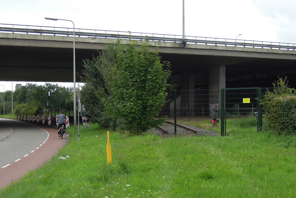 Veel nut heeft het brandende rode licht in augustus 2016 niet meer… In september 2013 is het goederenspoor langs de Rieteweg opgebroken. Het aansluitwissel met het dwergsein verdwijnt binnenkort bij de elektrificatie van Zwolle – Kampen.