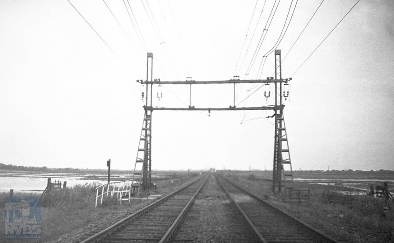 Een trieste blik op een gehavende spoorlijn op 6 februari 1945. De vraag is onder meer waar deze foto is gemaakt. Foto: J.J. Overwater, collectie NVBS-Railverzamelingen.