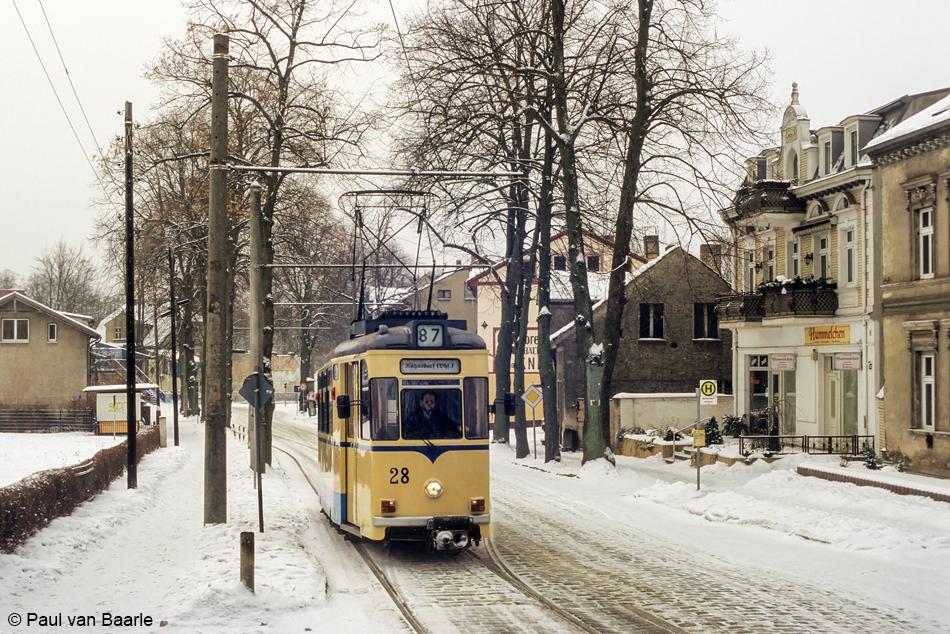 Motorrijtuig 28 werd in 1959 door Gotha gebouwd voor Dessau en werd in 1978 overgenomen. Na de modernisering in 1996 kreeg het de type-aanduiding T59M. De tram is in winterse omstandigheden net bij Schleuse vertrokken richting S-Bahnstation Rahnsdorf.
