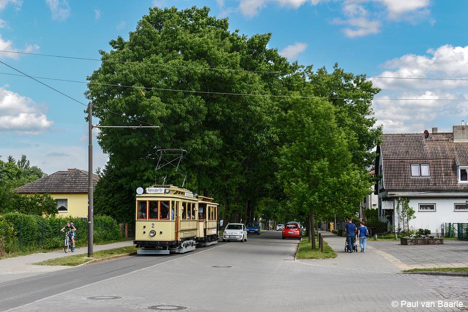 Motorrijtuig 2 en aanhangrijtuig 24 dateren uit het openingsjaar (1913) van de Woltersdorfer tram en werden door Orenstein & Koppel gebouwd. Het prachtig gerestaureerde tramstel rijdt hier over de Berliner Strasse.
