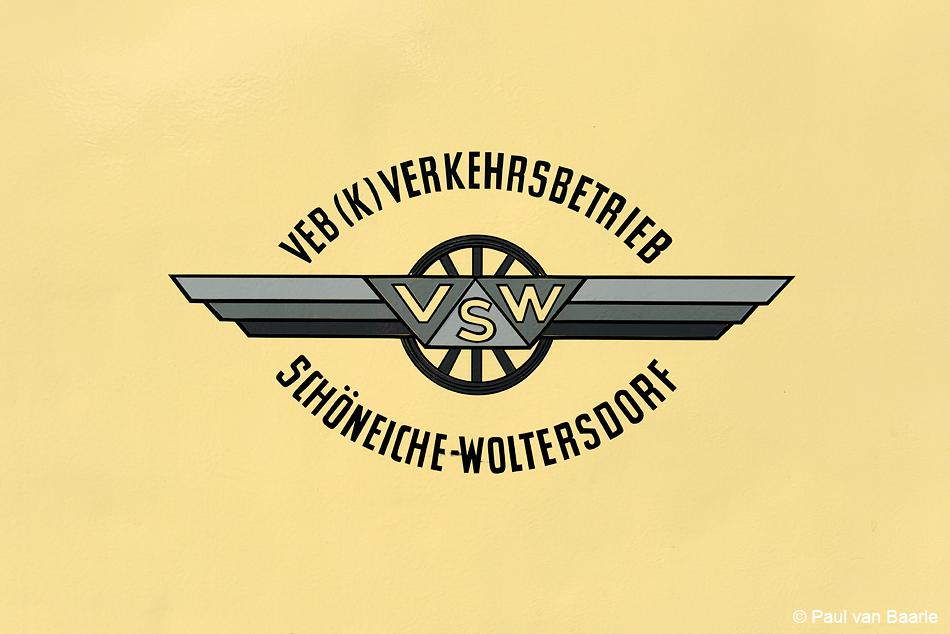 """Het stijlvolle embleem op KSW-tram 7 van het toen nog """"Volkseigener Betrieb""""."""