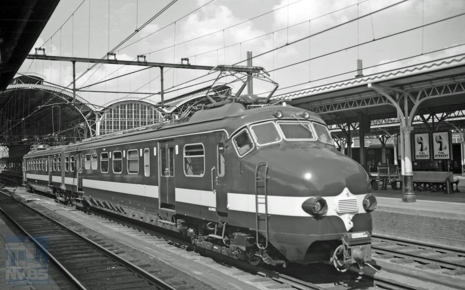 Benelux-treinstel NMBS 220.902, gebouwd door Werkspoor, tijdens een proefrit te Utrecht CS op 23 augustus 1957. Het woord 'softwareprobleem' bestond in die tijd nog niet. Dit treinstel is tegenwoordig eigendom van de Stichting Hondekop. Foto: J.A. Bonthuis, collectie NVBS Railverzamelingen.